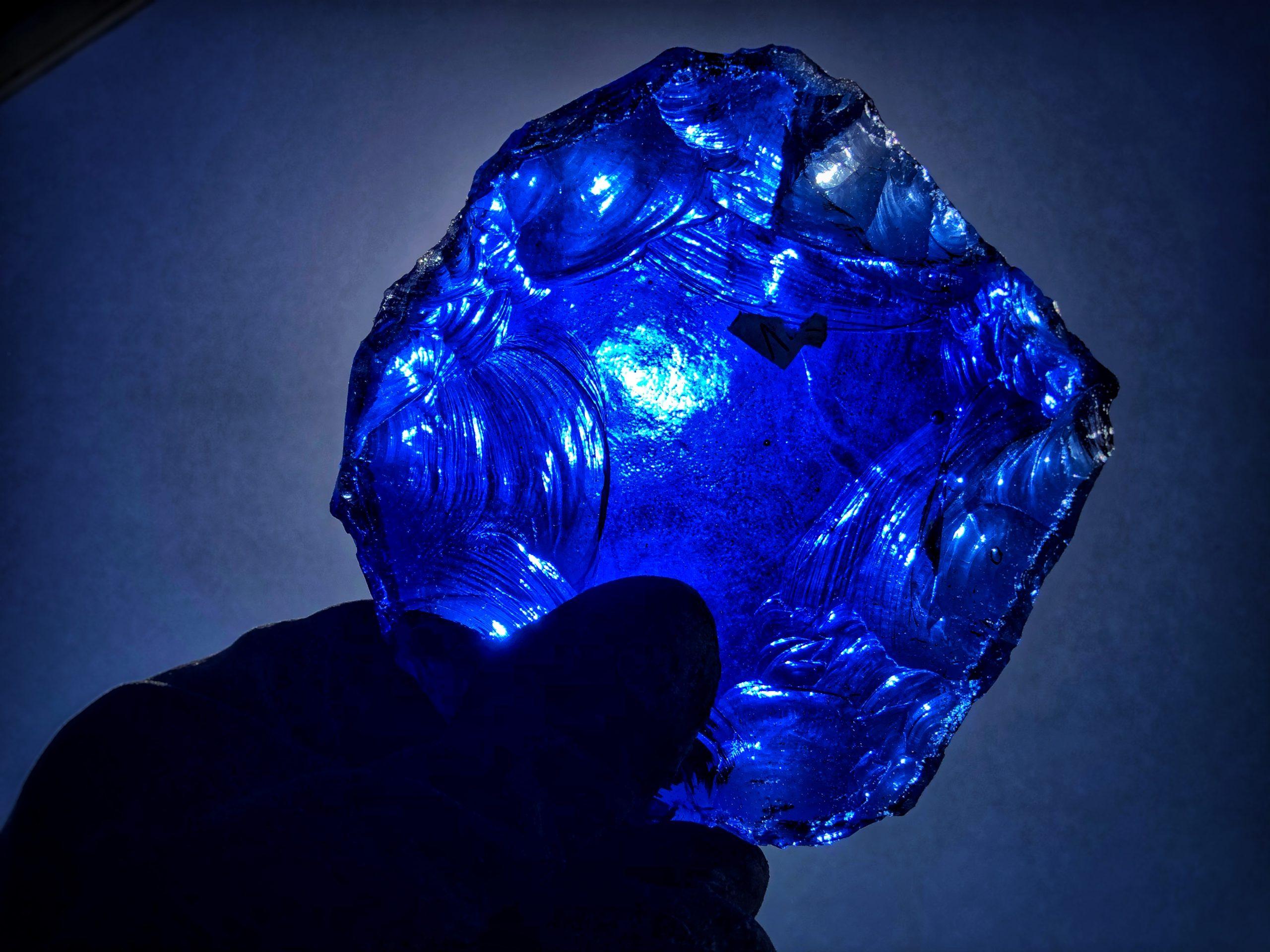 Dalle verre bleue façonnée